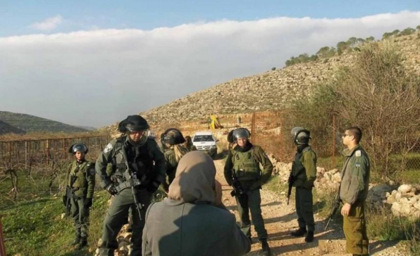 قوات الاحتلال تصادر جرافة وجرار زراعي