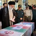 الخامنئي بحضور القادة العسكريين الايرانيين