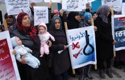 فلسطينيون يعتصمون أمام مقر الأونروا في بيروت