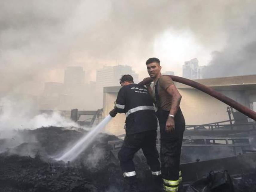 الدفاع المدني الفلسطيني يشارك بإخماد حريق المرفأ