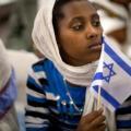 افريقية تحمل علم اسرائيل