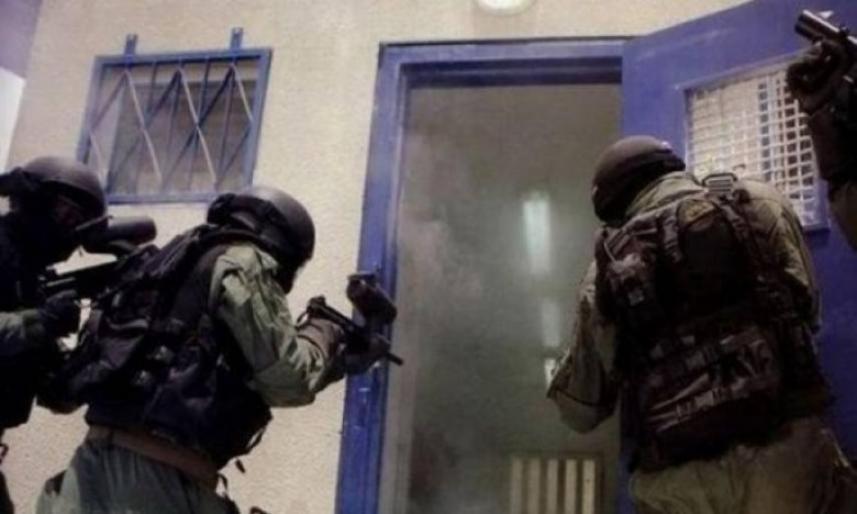 اقتحام الاحتلال للسجون