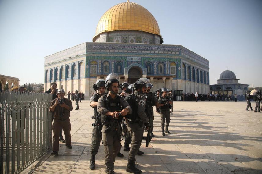 مخابرات العدو تتمركز عند مدخل مصلى باب الرحمة