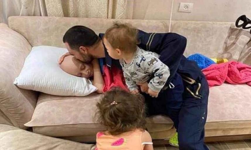 حجازي يقبل طفله المصاب بالسرطان قبل اعتقاله من قبل سلطات العدو الصهيوني