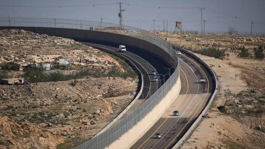 طريق عنصري يفصل بين الفلسطينيين والإسرائيليين